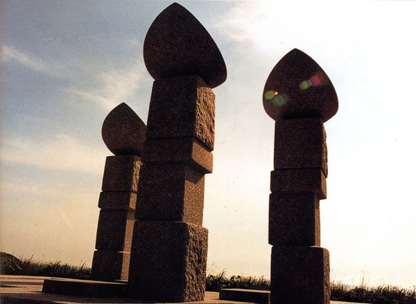 日本の島再発見_北海道_奥尻島_海に向かって立つ北追岬公園の彫刻