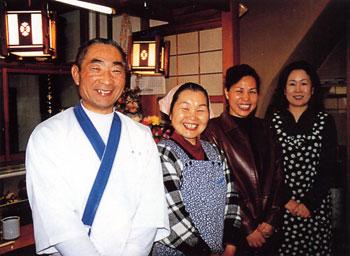 日本の島再発見_宮城県_大島_松の寿司左から小松裕次郎さん、まさ子さん、小鉄、千葉さん