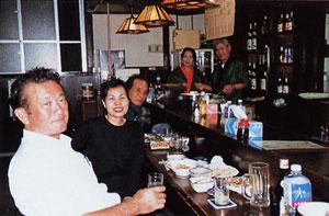 日本の島再発見_沖縄県_大東諸島_南大東島_手前又吉一三さんと小鉄(居酒屋ちょうちん)