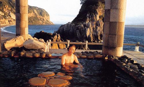 日本の島再発見_東京都_伊豆諸島_新島_「湯の浜露天風呂」に入る筆者