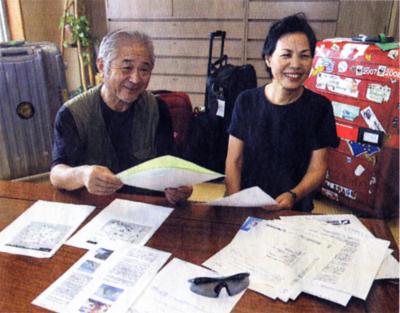 これから訪ねる韓国での日程表などを確認する池内嘉正さん(左)と妻のミドリさん20日午前、大阪市天王寺区の自宅で)=上田尚紀撮影