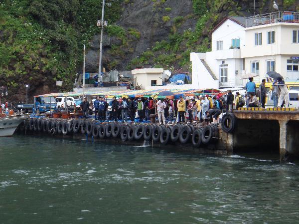 地球の島めぐり_韓国_鬱陵島_港では釣り客が群がる