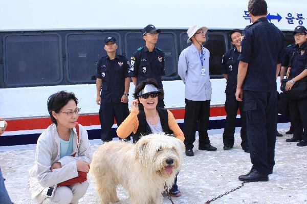 地球の島めぐり_韓国_鬱陵島_小鉄・犬と警察官の記念撮影