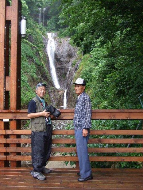 地球の島めぐり_韓国_鬱陵島_蓬莱の滝で南さんと記念撮影