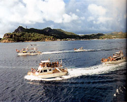日本の島再発見_東京都_小笠原諸島_父島_別れを惜しむ小船たち
