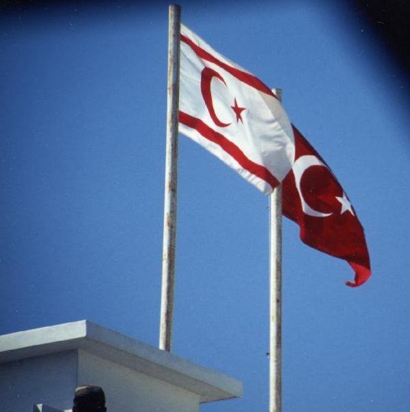白色北キプロス・トルコ共和国の国旗赤色 トルコ共和国の国旗