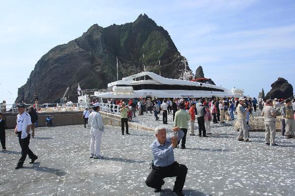 地球の島めぐり_韓国_鬱陵島_桟橋は韓国人観光客で賑う
