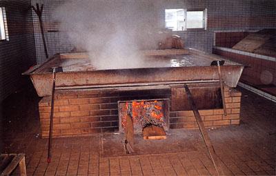日本の島再発見_沖縄県_粟国島_こだわる塩造りはマキで炊く