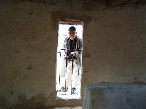 新石器時代の住居を覗く筆者