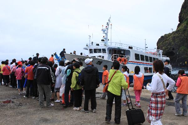 地球の島めぐり_韓国_鬱陵島_遊覧船に乗船待ちをする小鉄