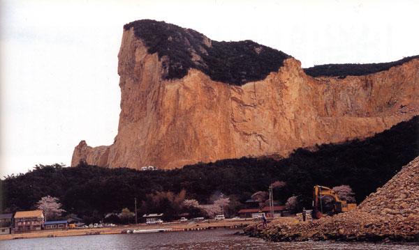 日本の島再発見_兵庫県_家島群島_家島_島の半分が削り取られた岩肌